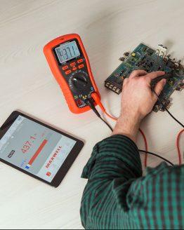Digitálny smart multimeter v činnosti